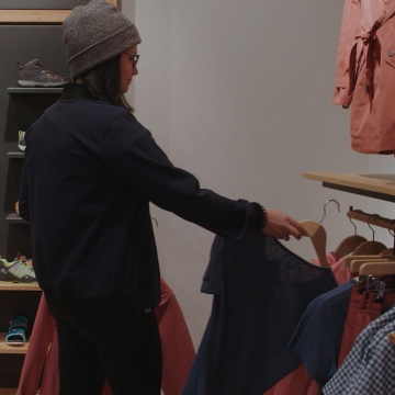 Verkäuferin im Store mit Schuhen im Hintergrund