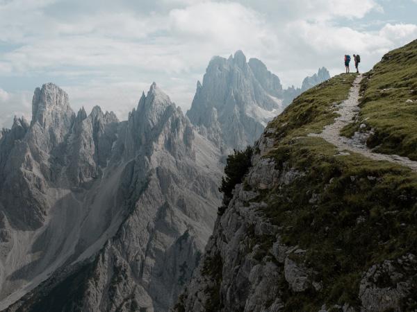 Bergige Landschaft mit zwei Wanderern