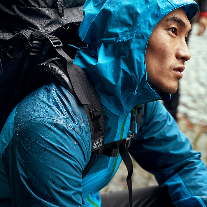 Un homme avec une veste depluie