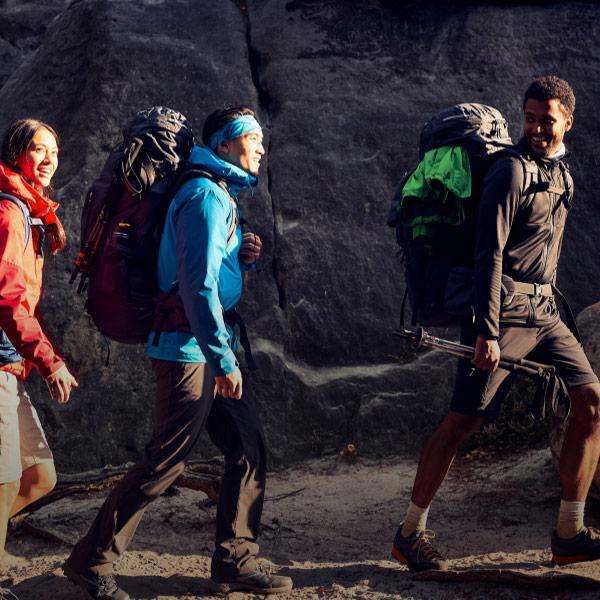 Drei Wanderer mit grossen Rucksäcken