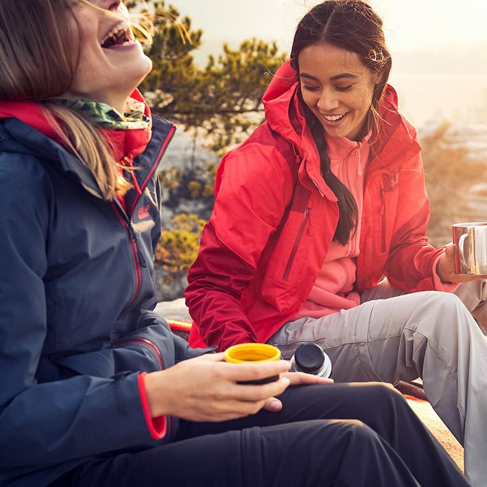 Deux femmes boivent dans ungobelet thermos
